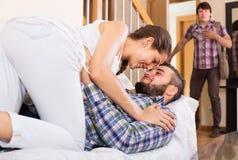 Make som håller ögonen på hur partnern fuskar Royaltyfri Fotografi
