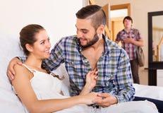 Make som håller ögonen på hur partnern fuskar Royaltyfria Foton