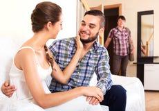 Make som håller ögonen på hur partnern fuskar Royaltyfria Bilder