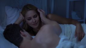 Make som slår ömt frus kind, lycklig dam som ler, romantisk förbindelse stock video
