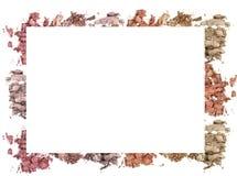 Make up a écrasé le cadre de couleur de poudre sur le fond blanc photographie stock
