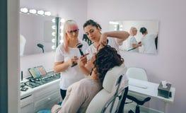 Make-up artist teaching to make good makeup Royalty Free Stock Photos