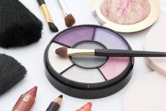 make-up borstel en schoonheidsmiddelen stock afbeelding
