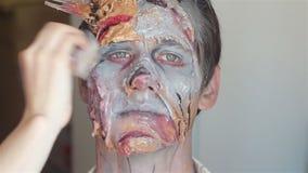 Make up che fa lo zombie del mostro stock footage