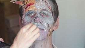 Make up che fa lo zombie del mostro video d archivio