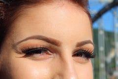 Make-up de jonge vrouw het glimlachen mening van de ogenclose-up royalty-vrije stock foto's