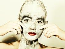 Make-up der abstrakten Kunst Gesichts- und Halsmädchen geschmiert mit grauen Farben und den hellen roten Lippen Holi Festival Stockfotos