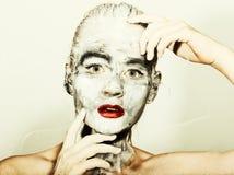 Make-up der abstrakten Kunst Gesichts- und Halsmädchen geschmiert mit grauen Farben und den hellen roten Lippen Holi Festival Lizenzfreie Stockfotografie