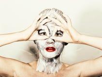 Make-up der abstrakten Kunst Gesichts- und Halsmädchen geschmiert mit grauen Farben und den hellen roten Lippen Holi Festival Lizenzfreie Stockbilder