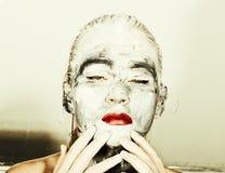 Make-up der abstrakten Kunst Gesichts- und Halsmädchen geschmiert mit grauen Farben und den hellen roten Lippen Holi Festival Stockfotografie