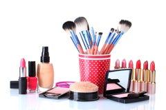 Make-up die met borstels wordt geplaatst Stock Foto