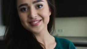 Make-up die van het haar donkere ogen van het vrouwen de schitterende meisje lange rechte, het aantrekkelijke vrouwelijke lachen  stock footage
