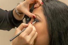 Make-up ein Auge mit schwarzem Schatten stockfoto