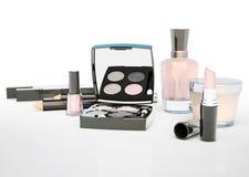 Make-up eingestellt auf hellen Hintergrund Wimperntusche, Lippenstift, Bleistift Lizenzfreies Stockbild