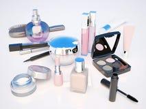 Make-up eingestellt auf hellen Hintergrund Wimperntusche, Lippenstift, Bleistift Lizenzfreies Stockfoto