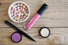 Make-up eingestellt mit Pulver Ball, Lidschatten, Zwischenlage und Lipgloss Stockfotografie