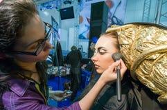 Make-up en haar de kunstenaarsconcurrentie Stock Fotografie