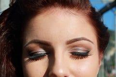 Make-up gesloten ogen jonge vrouw stock foto