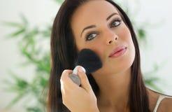 Make-up. Het toepassen van de Borstel van Samenstellingsschoonheidsmiddelen stock foto