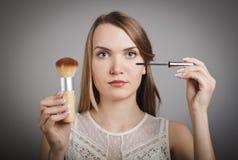 Make-up Mädchen im Weiß Stockbild