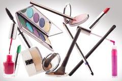 Make-up Makrodetail des kosmetischen Behälters voll echter Perlen über Himmelnachahmunghintergrund Stockbild