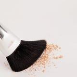 Make-up natuurlijke borstel met beige poeder Stock Foto's
