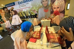 Make-up opleiding voor gebruikers hijab stock foto