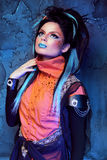 Make-up. Punkkapsel. Sluit omhoog portret van Rotsmeisje met Blauw Stock Foto