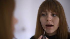 Make up que se aplica, lipgloss, lápiz labial E r metrajes