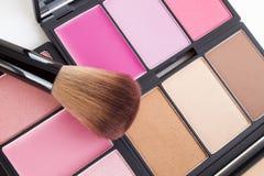 Make-up, rosa Tonrougepalette und Bürste stockbilder