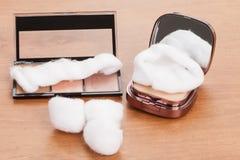 Make-up, Satz Schatten mit Baumwolle als Applikator stockfoto