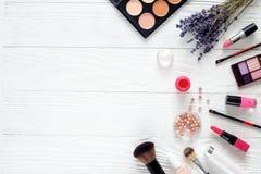 Make-up stellte auf Holztisch mit Draufsicht des Lavendels ein Stockfotos