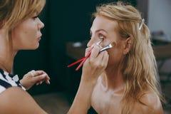 Make-up und Frisur für ein Mädchen Stockfotografie