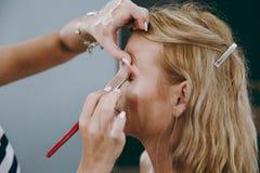 Make-up und Frisur für ein Mädchen Lizenzfreie Stockfotos