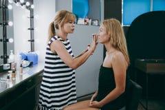 Make-up und Frisur für ein Mädchen Lizenzfreies Stockfoto