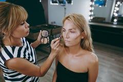 Make-up und Frisur für ein Mädchen Stockfotos