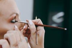 Make-up und Frisur für ein Mädchen Lizenzfreie Stockfotografie