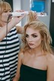 Make-up und Frisur für ein Mädchen Stockfoto