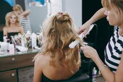 Make-up und Frisur für ein Mädchen Stockbilder