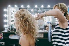 Make-up und Frisur für ein Mädchen Lizenzfreie Stockbilder