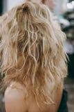 Make-up und Frisur für ein Mädchen Lizenzfreies Stockbild