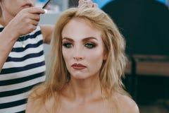 Make-up und Frisur für ein Mädchen Stockbild