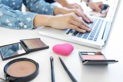 Make-up und Schönheitsblog, eleganter weiblicher Mode Blogger, der w Arbeits ist Stockbilder