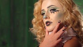 Make-up von Horrorfilmschauspielern, Make-upm?dchen auf Halloween in Studios stock video