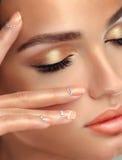 Make-up voor ogen en lippen, eyeliner en koraallippenstift Royalty-vrije Stock Afbeelding