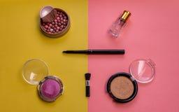 Make-upausrüstung auf rosa Hintergrund lizenzfreie stockbilder