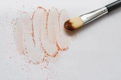Make-upbürste mit dem beige Pulver lokalisiert auf weißem Hintergrund Maskenbildnerwerkzeug lizenzfreie stockfotos