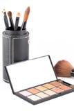Make-upbürste und Erdtonlidschatten stockfotografie