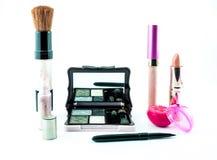 Make-upbürste und -kosmetik stellten auf einen weißen Hintergrund ein Lizenzfreie Stockfotos