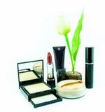 Make-upbürste und -kosmetik stellten auf einen weißen Hintergrund ein Stockfotos